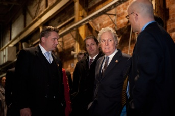 Jean Charest discussing in the Thurso factory